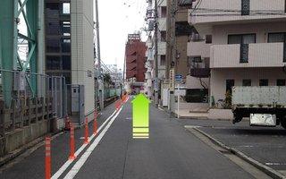3)歩道橋を降りたら線路に沿って横浜駅方面へ直進約200メートル