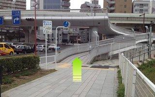 5)歩道橋を上る