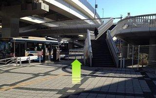 9)交差点を越えずに道なりに右方向へ(歩道橋の脇)
