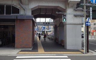 1)京急線戸部駅改札口を出て右方向へ