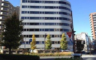 3)高島町交差点に位置する八洲学園大学ビル内