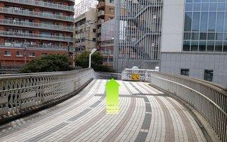 7)スロープと階段があるのでスロープを使って歩道橋を下る