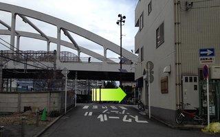 4)正面に陸橋が見えたら手前を右折