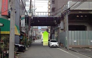 6)京急線のガードも越えて直進