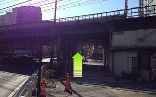 8)歩道橋を下ったらガードを通過して高島町交差点へ
