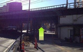 10)ガードを通過して高島町交差点へ